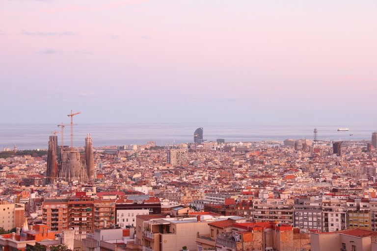 Blick über Barcelona und das Meer.