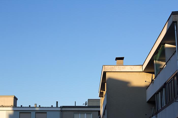 Blauer Himmel und Häuser im Anschnitt