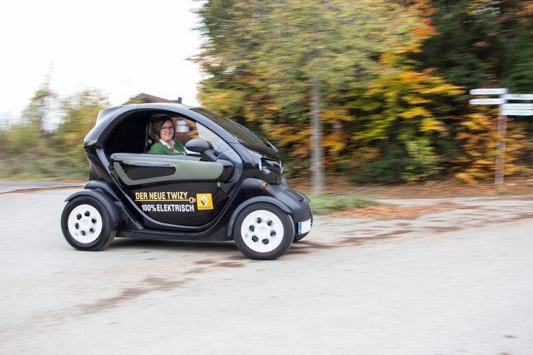 Frau im fahrenden Renault Twizy