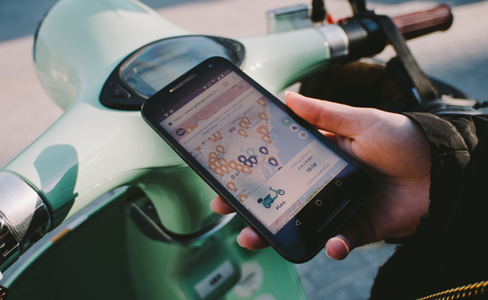 Smartphone mit der E-Roller-Sharing-App