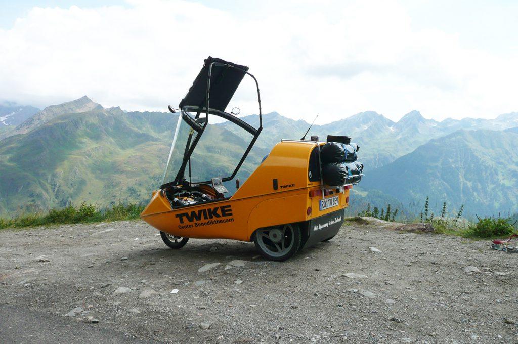 Twike mit geöffnetem Dach von Bergpanorama