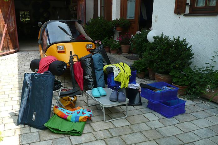 Urlaubsgepäck vor dem Twike