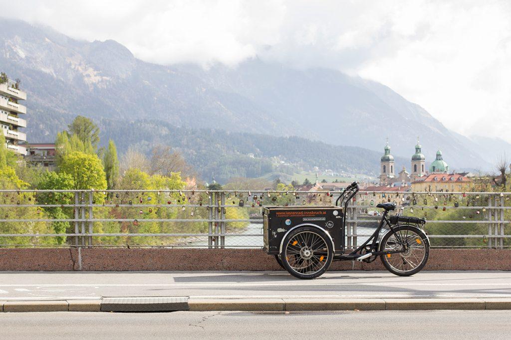 Ein Lastenrad auf einer Brücke in Innsbruck