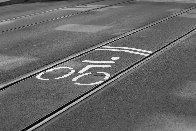 Fahrradweg zwischen den Schienen der Straßenbahn