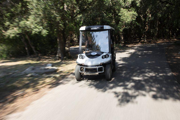 Elektrisches Leichtfahrzeug fahrend von vorne.