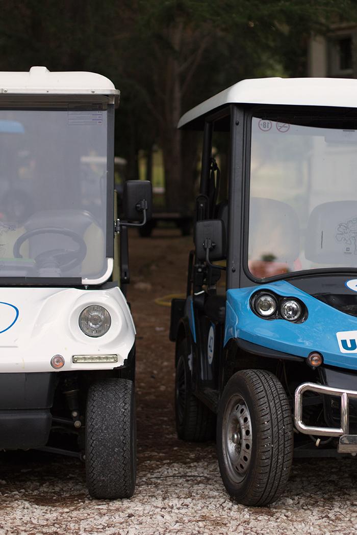 Zwei parkende elektrische Leichtfahrzeuge nebeneinander im Anschnitt.