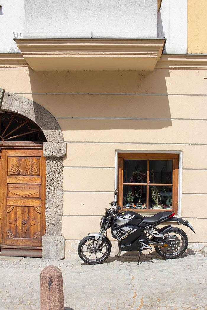 Elektrisches Motorrad vor einem Fenster