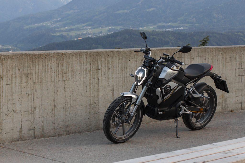 Elektrisches Motorrad vor Berglandschaft