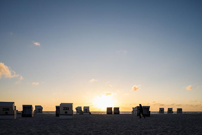 Strandkörbe im Sonnenuntergang.