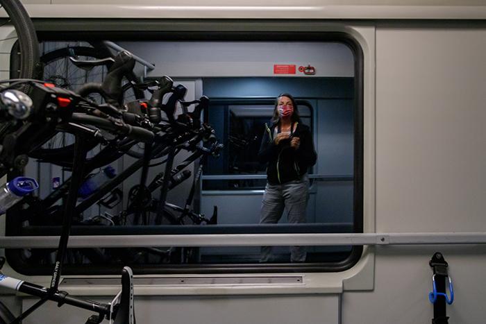 Selbstportrait in der Spiegelung des Zugfensters.