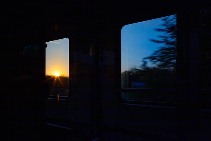 Sonnenaufgang im Zugfenster