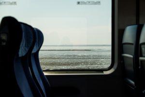 Blick aufs Meer aus dem Zug