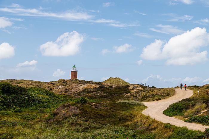 Leuchtturm und Fahrradweg auf der Insel Sylt