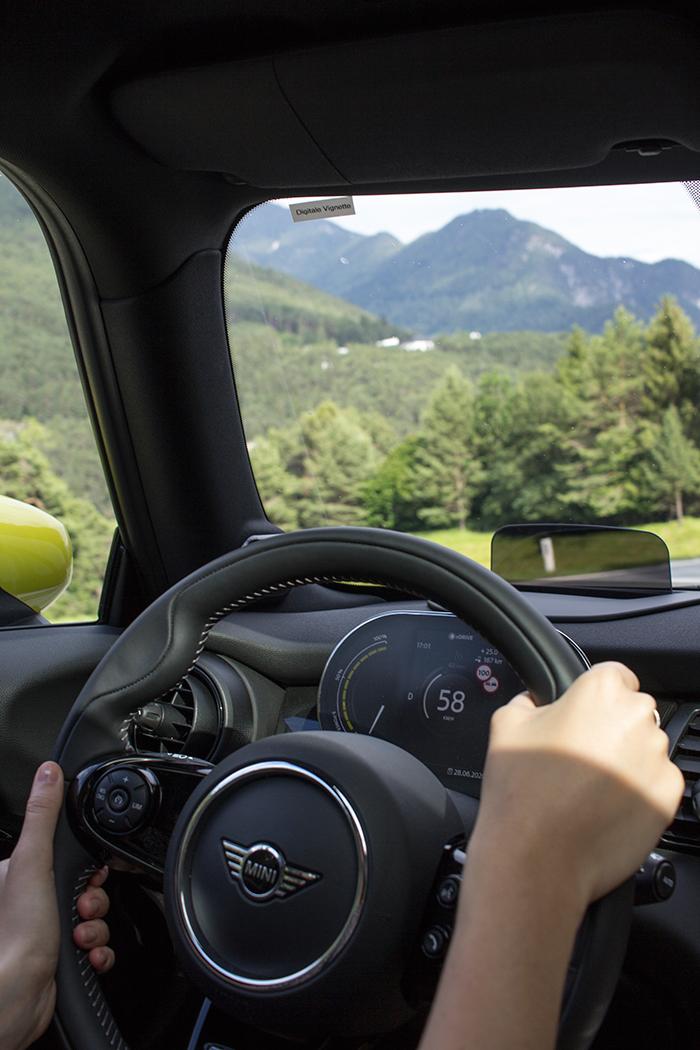 Lenkrad um Armatur des Mini Cooper SE während der Fahrt