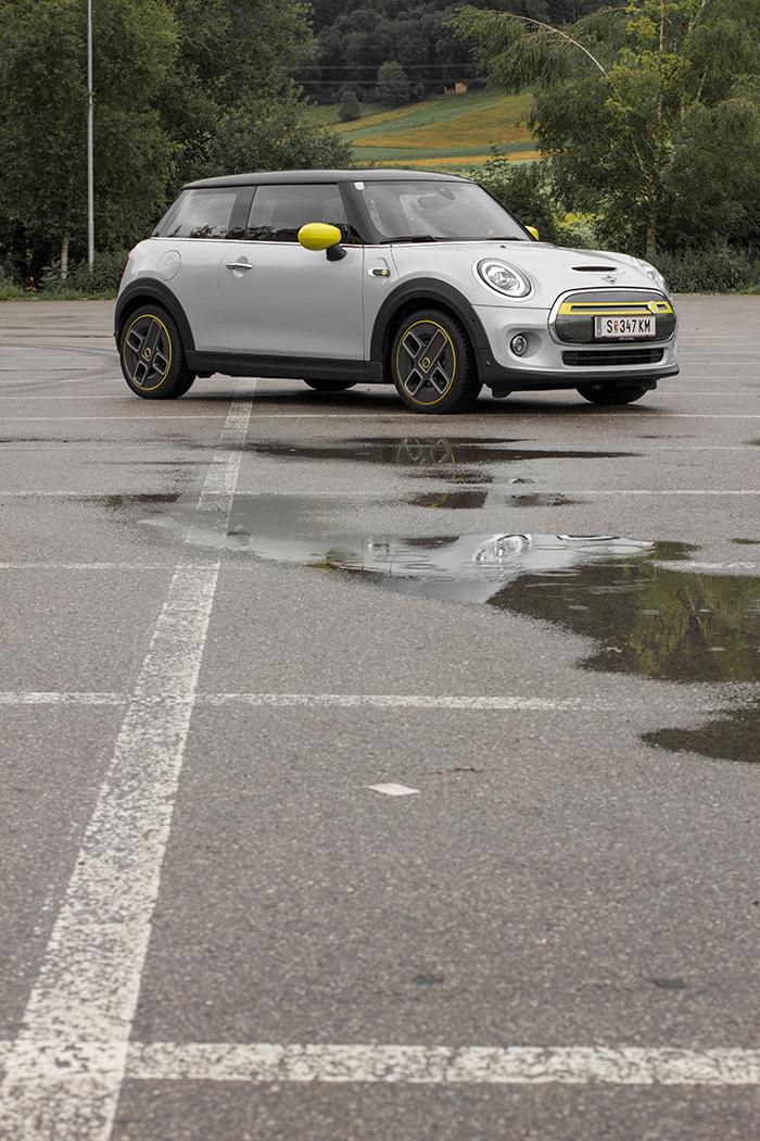Mini Cooper SE auf einem Parkplatz