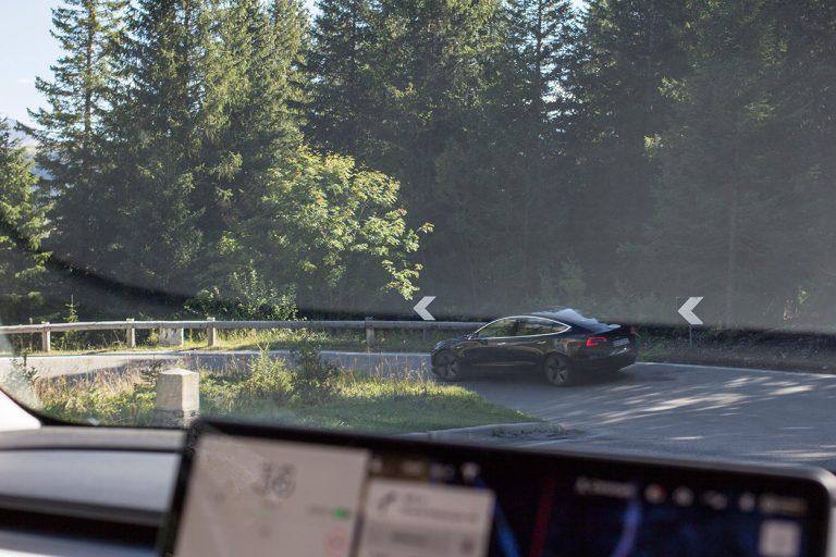 Blick aus dem Auto auf einen Tesla