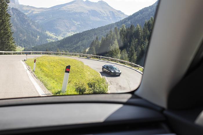 Tesla auf einer Bergstraße