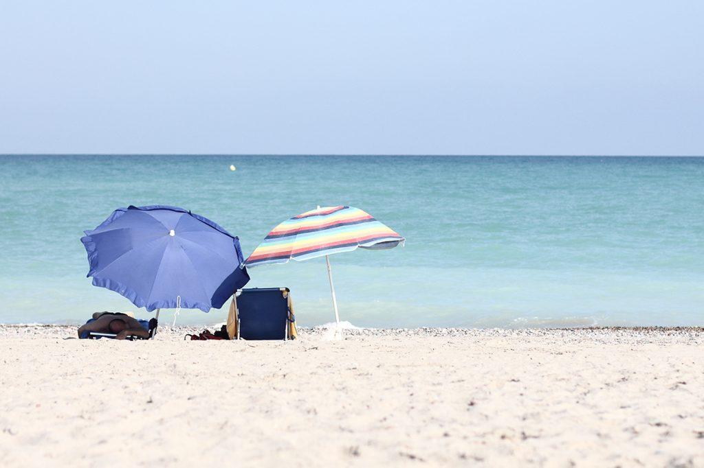 Schirme am Mittelmeer