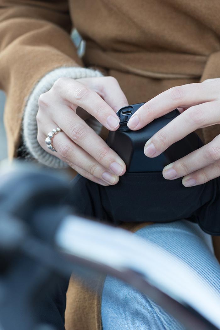 Der Hövding 3 hat einen USB-C-Anschluss zum laden.