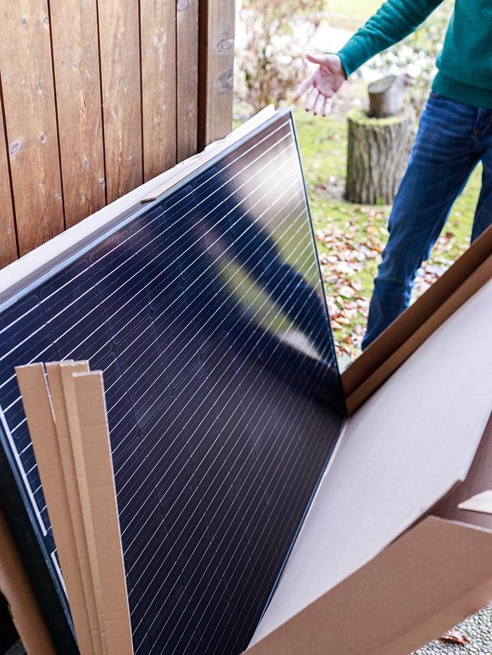 Das Paket mit dem Solarpaneel nach der Lieferung