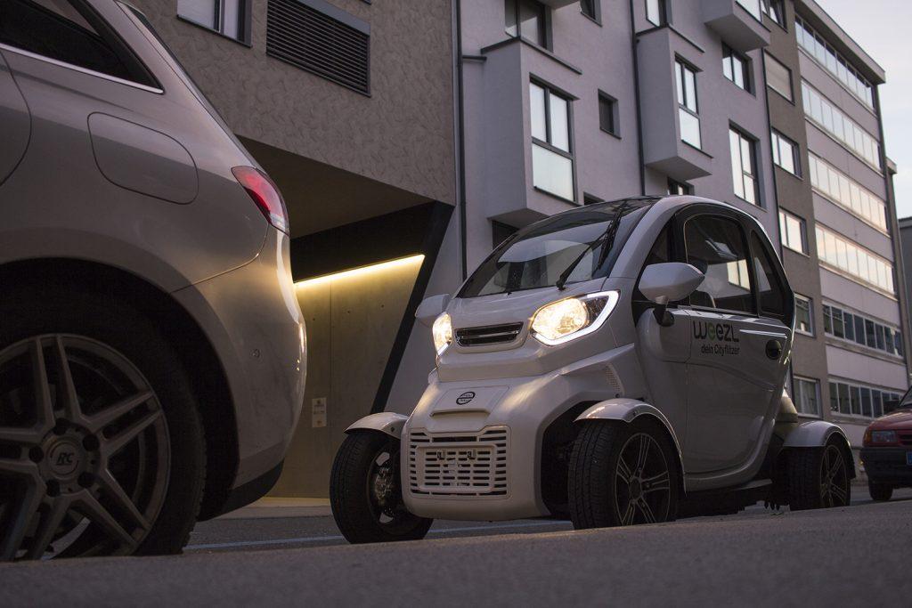 Das elektrische Leichtfahrzeug Weezl am Straßenrand
