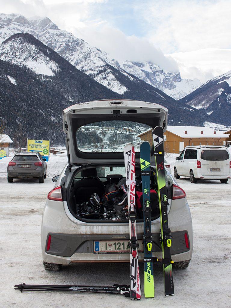 Skiausrüstung im Kofferraum des Elektroauto