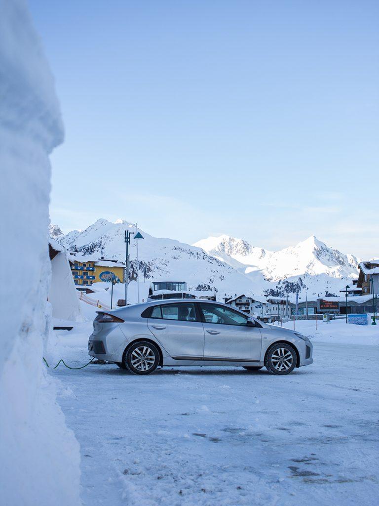 Elektroauto an der Ladestation im Skigebiet