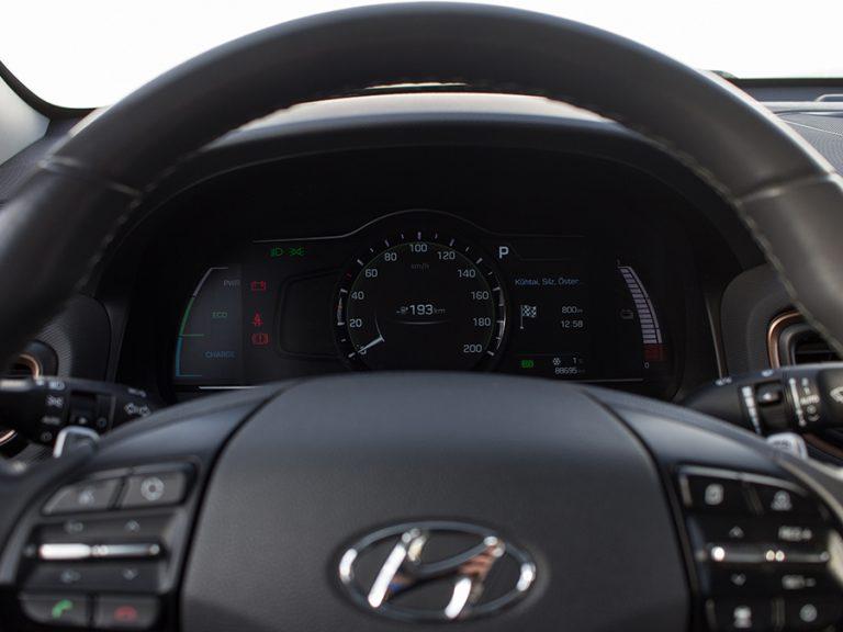 Tacho und Lenkrad im Hyundai Ioniq