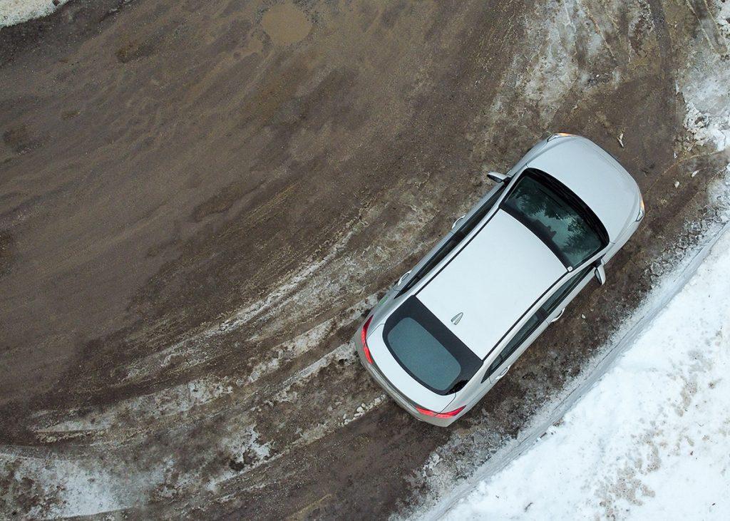 Ein Elektroauto zwischen Schnee und Matsch