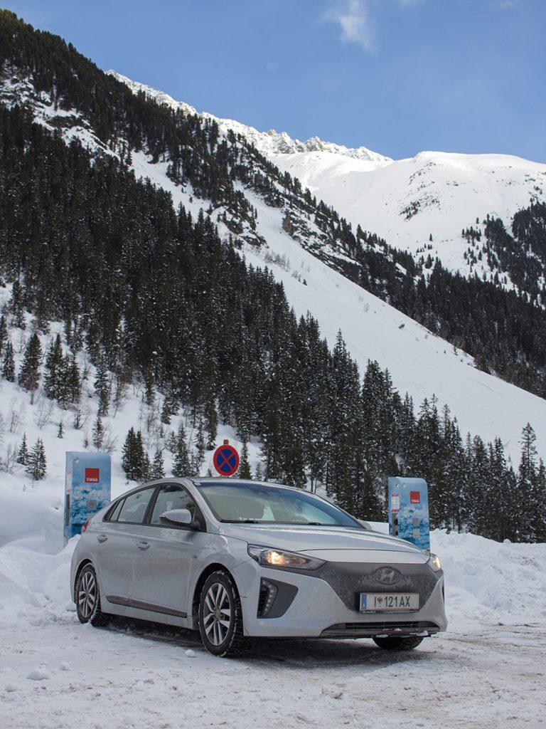 Elektroauto vor Ladestationen im Skigebiet