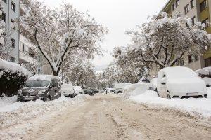 Eine Straße voller Schnee