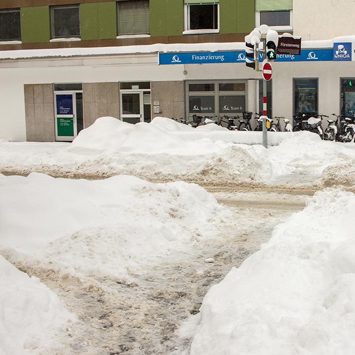 Kreuzung mit Ampel im Schnee