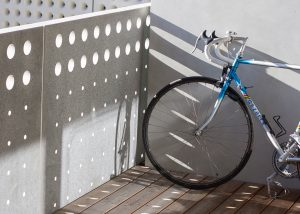 Rennrad auf einem urbanen Balkon