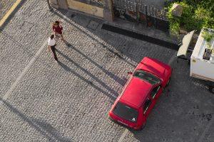 Ein rotes Auto von oben