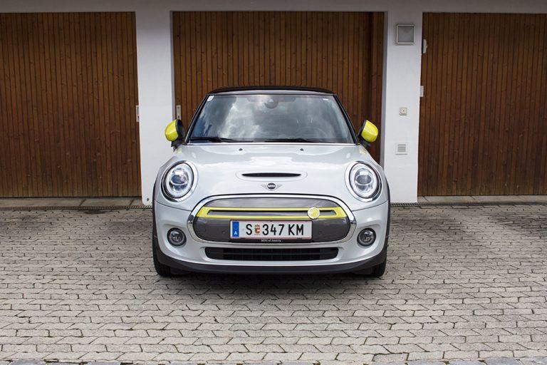 Ein geparkter Mini Cooper SE vor einer Garage