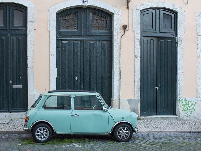 Mini Oldtimer am Straßenrand