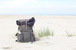 Ein gepackter Rucksack am Strand