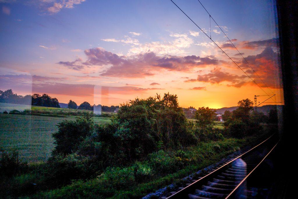 Sonnenuntergang im Zugfenster