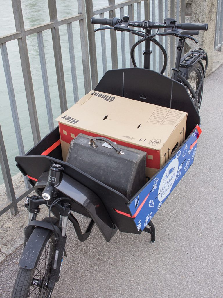 Umzugskarton in der Transportwanne des Lastenrads