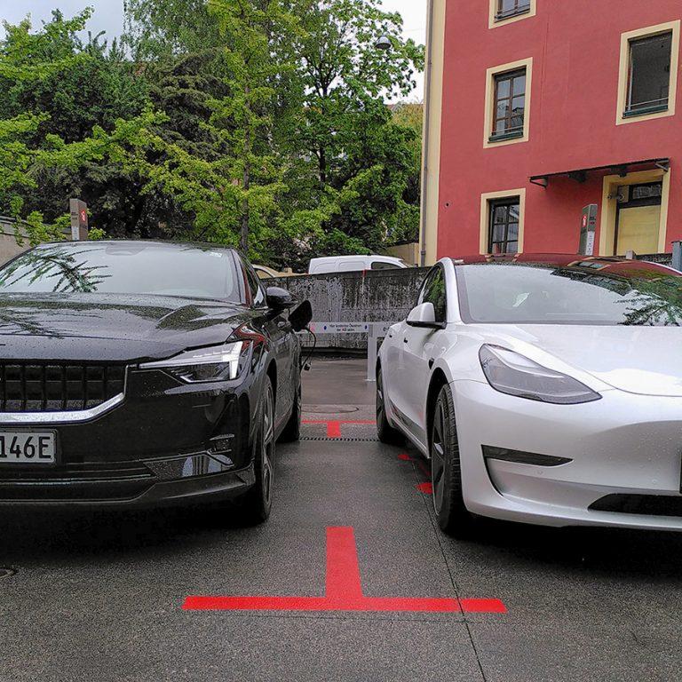 Polestar 2 neben Tesla Model 3