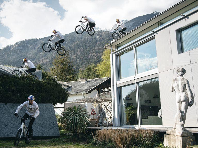 Fabio Wibmer springt mit dem Fahrrad vom Dach seines Hauses
