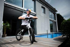 Bikeprofi Fabio Wibmer auf seiner Terrasse