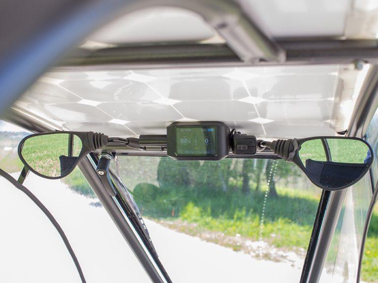 Display und Seitenspiegel unter dem Solardach