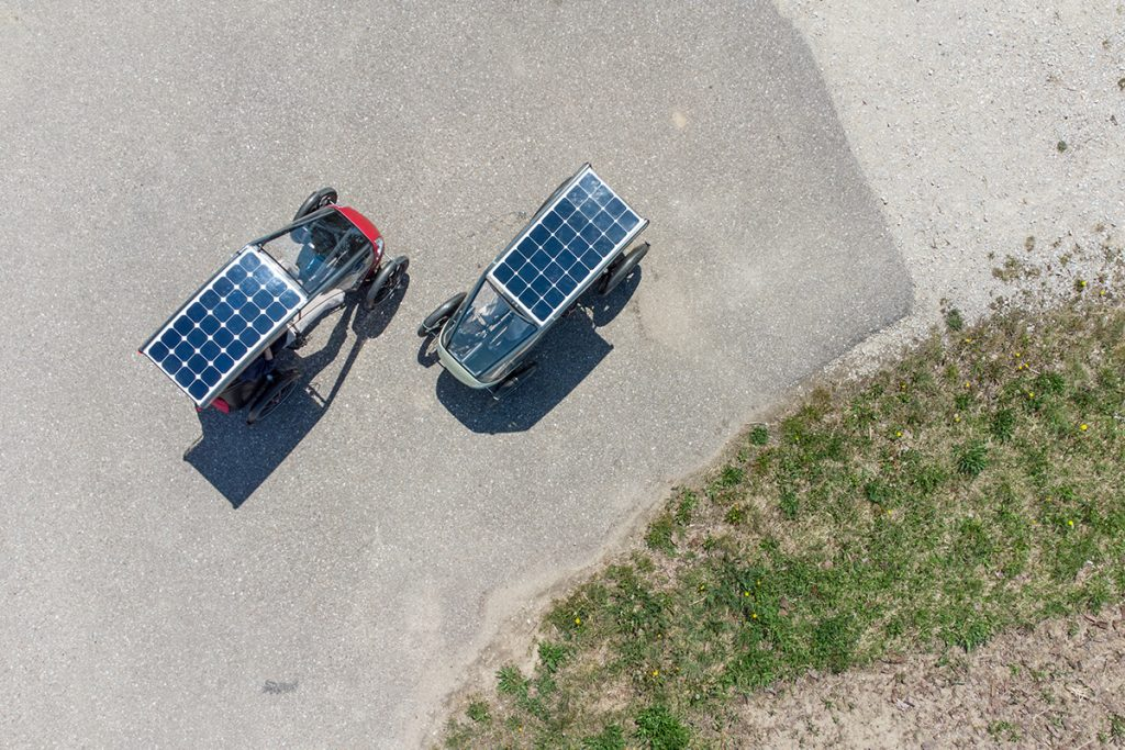 Zwei Solar Velomobile aus der Vogelperspektive