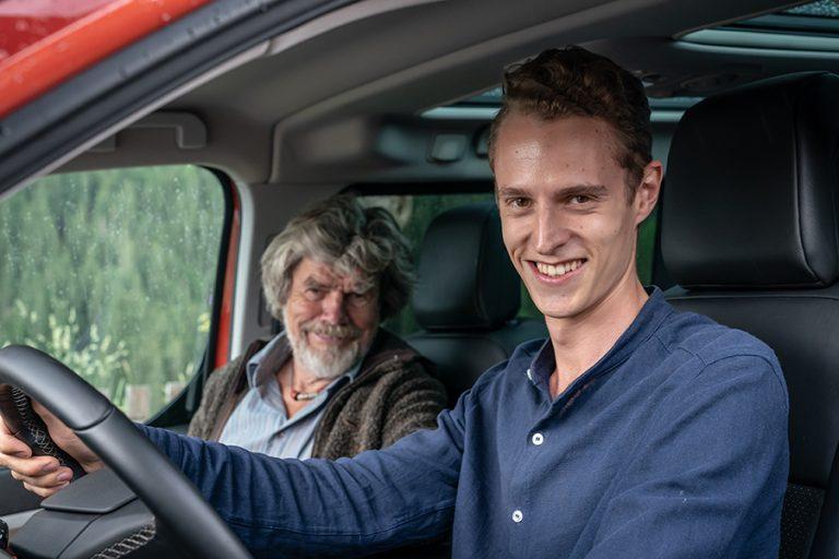 Autor Felix Strohbach und Reinhold Messner im Auto