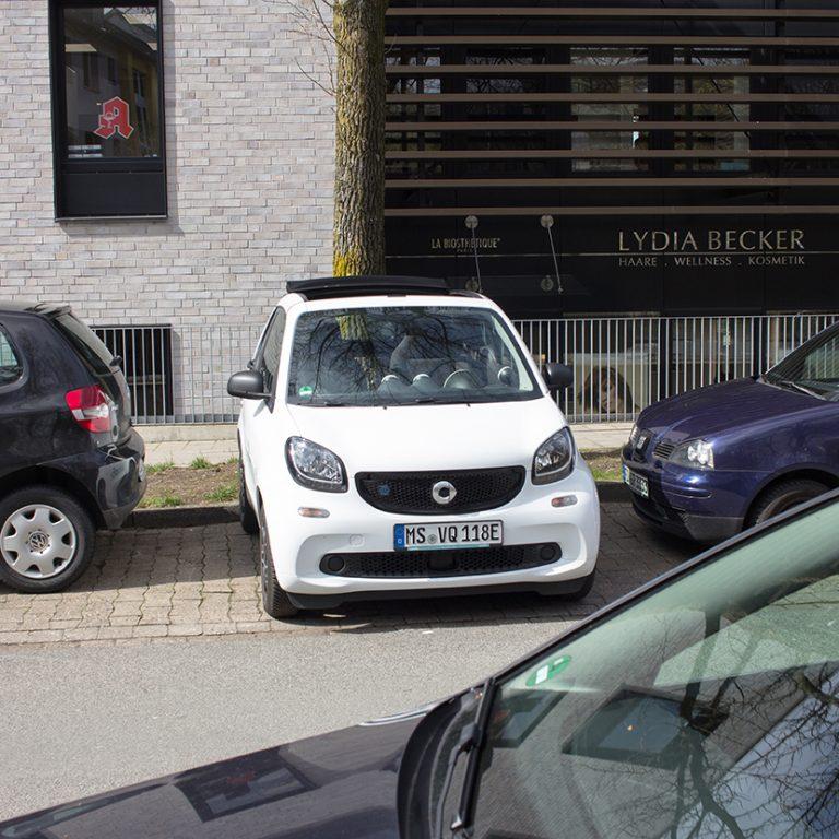 Ein Smart EQ fortwo quer in einer Parklücke