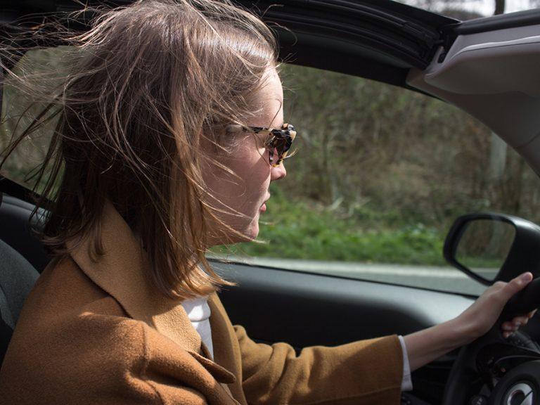 Durchgewuschelte Haare bei Cabriofahrerin