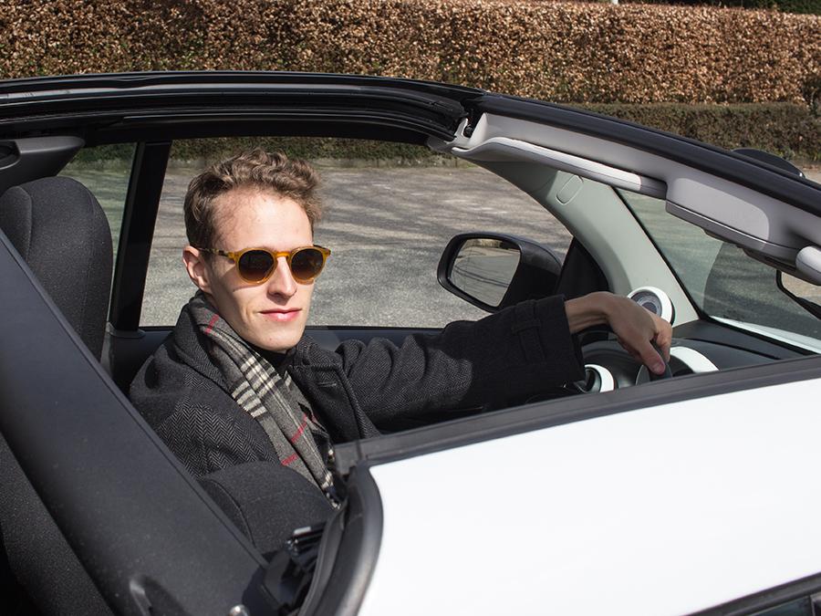 Autor Felix Strohbach im elektrischen Cabrio Smart