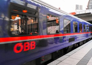 Der Nightjet der ÖBB am am Bahnsteig des Hamburger Hauptbahnhofs