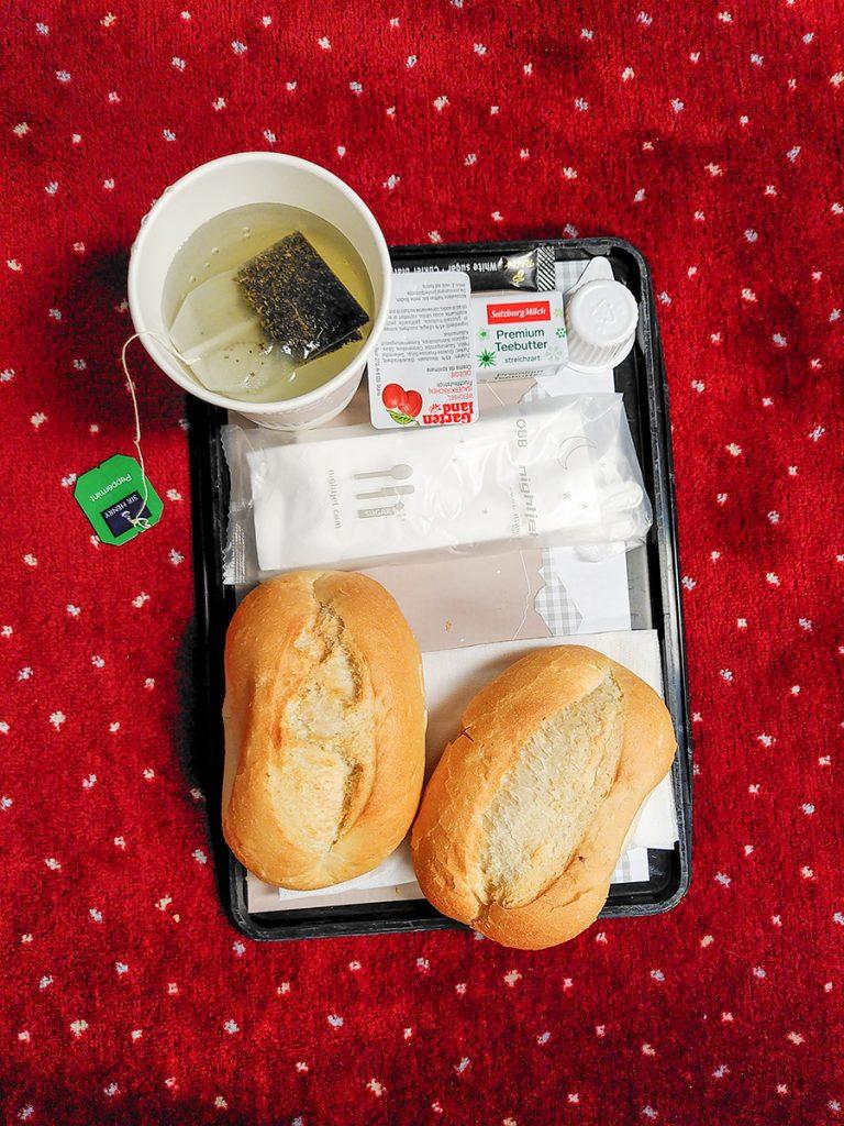 Tablet mit Frühstück im Nightjet Liegewagen